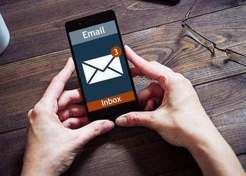 メールの通知がきて携帯を開いている様子
